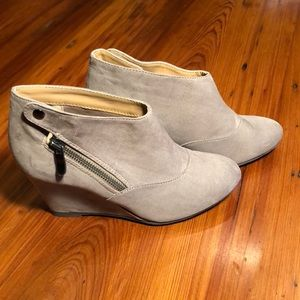 CL by Laundry booties size 6 beige wedge